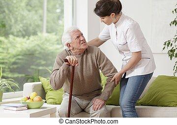 enfermeira, ajudando, homem idoso