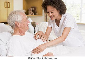 enfermeira, ajudando, homem sênior