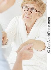 enfermeira, ajudando, idoso, paciente