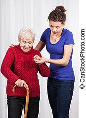 enfermeira, ajudando, idoso, senhora, passeio