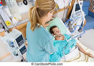 enfermeira, ajustar, jovem, paciente, travesseiro, em, hospitalar