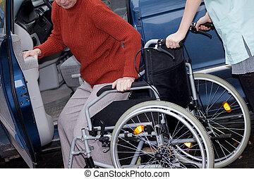 enfermeira, cadeira rodas, oferecendo