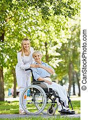 enfermeira, com, idoso, paciente