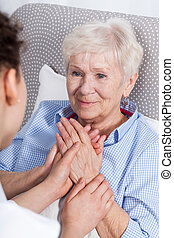enfermeira, confortando, mulher idosa