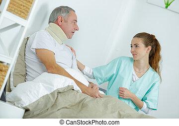 enfermeira, cuidando, ferido, homem cama, casa