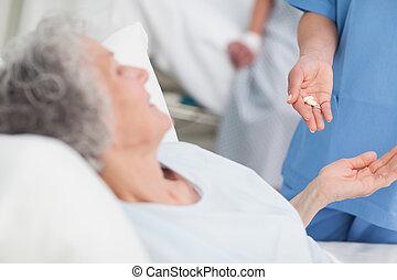 enfermeira, dar, drogas, para, um, idoso, paciente