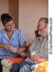 enfermeira, dar, medicação, para, homem sênior