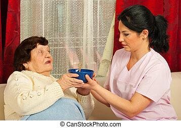 enfermeira, dar, tigela, com, sopa, para, sênior