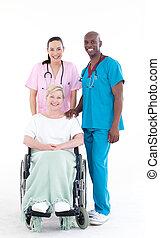 enfermeira, e, doutor, tomar conta, um, paciente, em, um, cadeira margarida