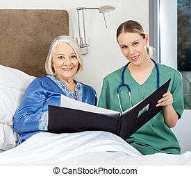 enfermeira, e, mulher sênior, com, médico, relatórios, em, quarto