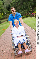 enfermeira, empurrar, paciente, cadeira rodas