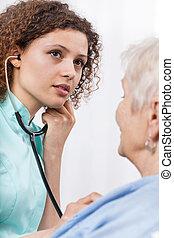 enfermeira, examinando, idoso, senhora