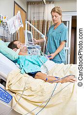 enfermeira, examinando, paciente, encontrar-se cama
