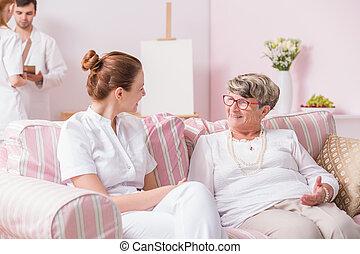 enfermeira, falando, com, idoso, paciente