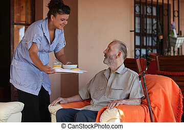 enfermeira, ou, ajudante, em, residencial, lar, dar, alimento, para, homem sênior