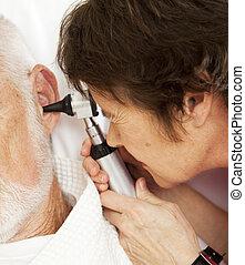 enfermeira, ou, doutor, usando, otoscope