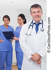 enfermeiras, atrás de, sorrindo, ele, doutor
