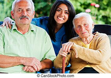 enfermera, con, personas edad avanzada