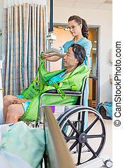 enfermera, el quitar, correas, de, elevador hidráulico, con, paciente, en, wheelc