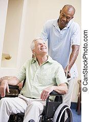 enfermera, empujar el sillón de ruedas, hombre