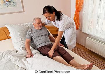 enfermera, en, cuidado edad avanzada, para, el, anciano, en,...