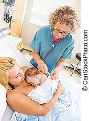 enfermera, examinar, babygirl, con, estetoscopio, en, hospital