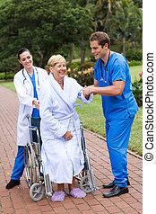 enfermera, porción, 3º edad, paciente, levantarse