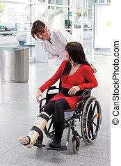 enfermera, sílla de ruedas, yeso, mujer, pierna
