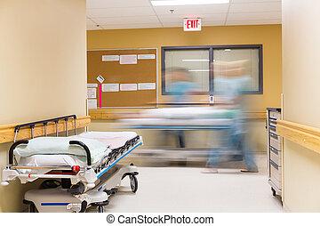 enfermeras, ambulante, en, pasillo del hospital