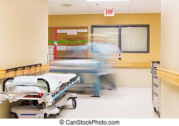 enfermeras, con, camilla, ambulante, en, pasillo del hospital