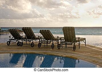 enfrentando, chaise, praia, lounges
