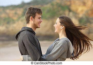 enfrentando, par, adolescente, abraçando, feliz