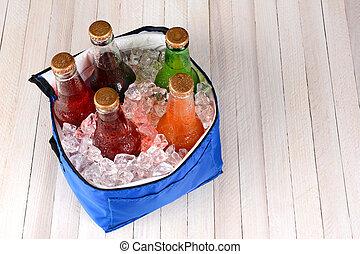enfriador, con, hielo, y, soda, botellas