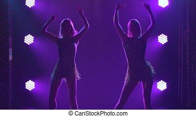 enfumé, fin, deux, beau, danseurs, backlit, pourpre, lent, svelte, silhouettes, arrière-plan., passionné, femmes, exécuté, danse, motion., haut., aller