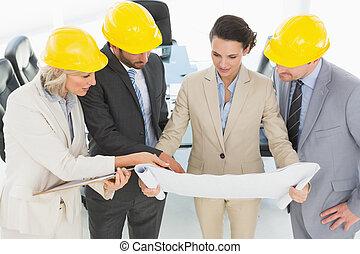 engenheiro, colegas trabalho, discutir, um, projeto
