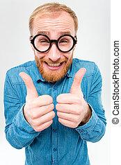 engraçado, alegre, homem enfrentado, em, vidros redondos, mostrando, polegares cima