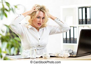 engraçado, cabeça, negócio mulher, segurando, cansado,...