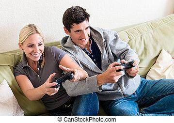 engraçado, console, par, jovem, junto, jogo, vídeo, tocando