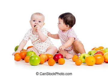engraçado, crianças, bebês, comer, alimento saudável, frutas, isolado, branco, fundo