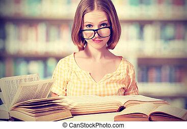 engraçado, estudante menina, com, óculos, leitura, livros