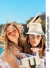 engraçado, femininas, amigos, férias, levando, selfies, praia, com, um, esperto, telefone