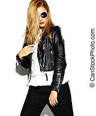 engraçado, loucos, glamor, elegante, excitado, sorrindo, bonito, loura, mulher jovem, modelo, em, pretas, hipster, roupas, em, estúdio