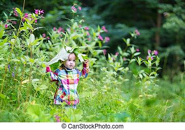 engraçado, menina bebê, tocando, olhada uma vaia, em, um, parque, sob, enorme, folhas