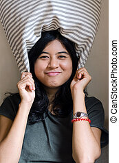 engraçado, mulher, asiático, travesseiro