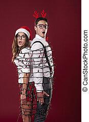 engraçado, nerd, par, é, tangling, em, luzes natal
