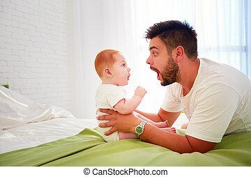 engraçado, olhar, pai, outro, cada, bebê, assombro