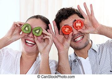 engraçado, par, cobertura, seu, olhos, com, fruta