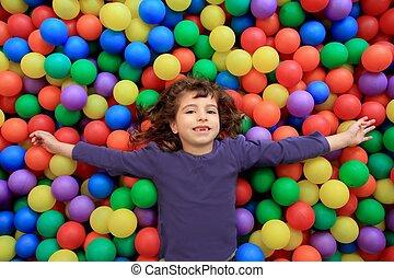 engraçado, pequeno, bolas, coloridos, parque, menina, gesticule, mentindo