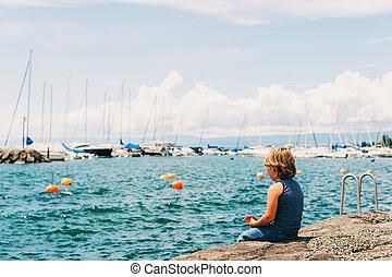 engraçado, pequeno, genebra, menino, lutry, lago, descansar, costas, porto, pequeno, switzerland., vista