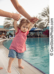 engraçado, pequeno, pool., verão, outdoor., segura, pai, criança, férias, experiência., mãos, menina bebê, crianças, piscina, natação